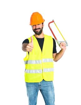 Ouvrier avec scie à métaux sur fond blanc