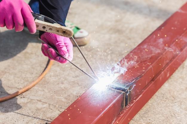 Ouvrier soudeur en acier pour structure de toit