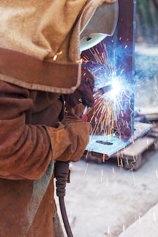 Ouvrier soudeur dans une usine. soudage sur une installation industrielle