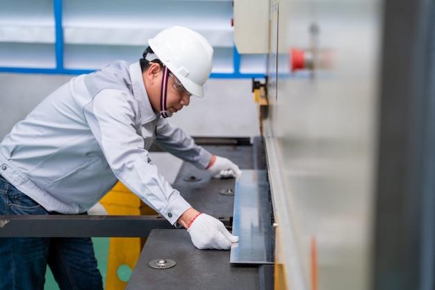 Ouvrier technicien asiatique