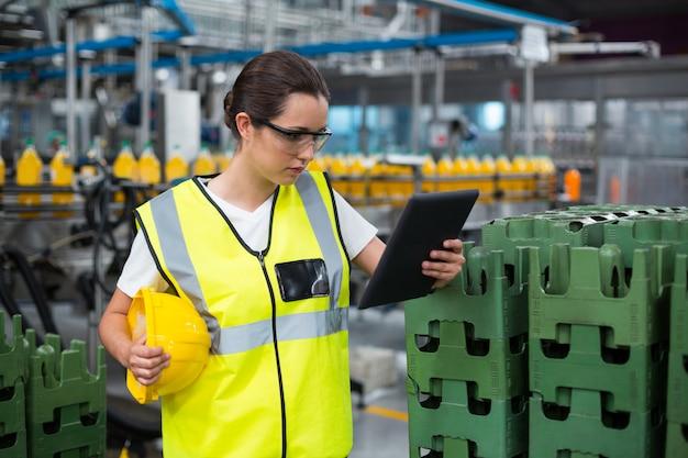 Ouvrier d'usine à l'aide de tablette numérique en usine