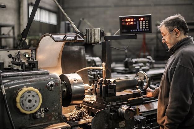 Ouvrier d'usine avec des machines