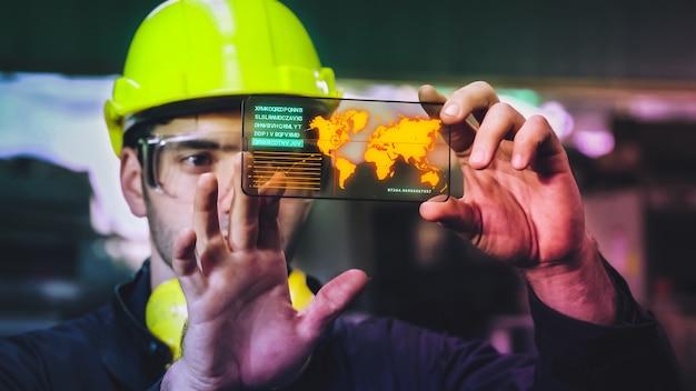 Un ouvrier d'usine utilise un futur écran holographique pour contrôler la fabrication