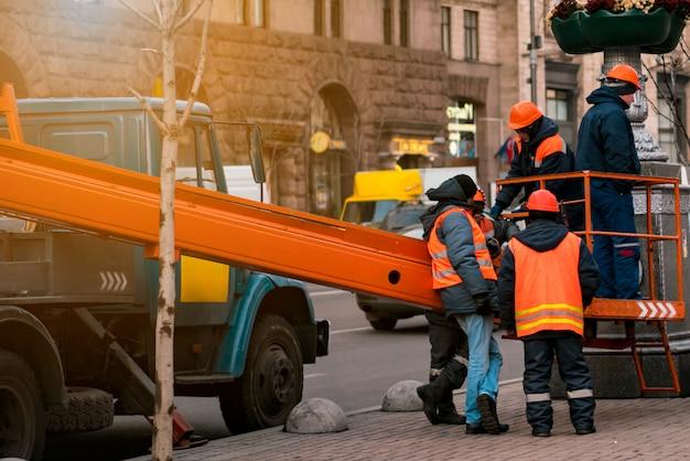 Ouvriers à proximité d'une technique pour travaux en haute altitude