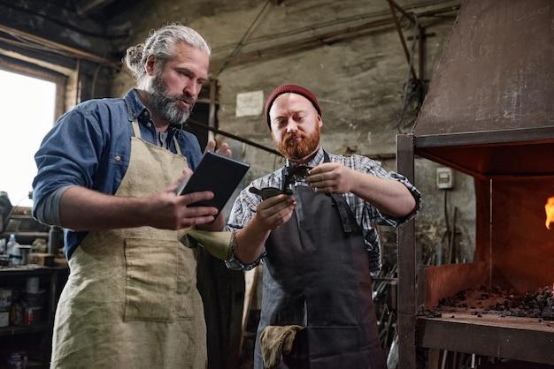 Ouvriers travaillant le métal dans l'usine