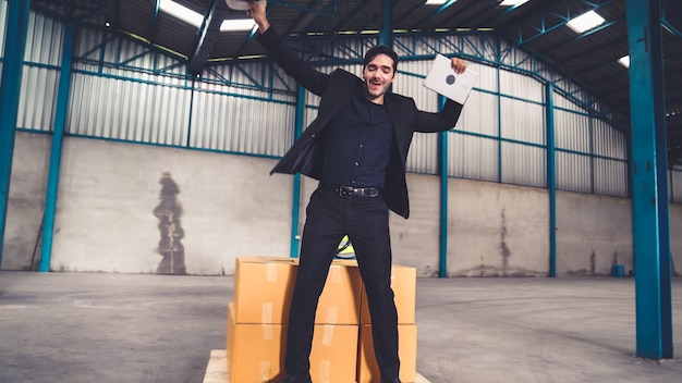 Des ouvriers d'usine drôles dansent dans l'usine