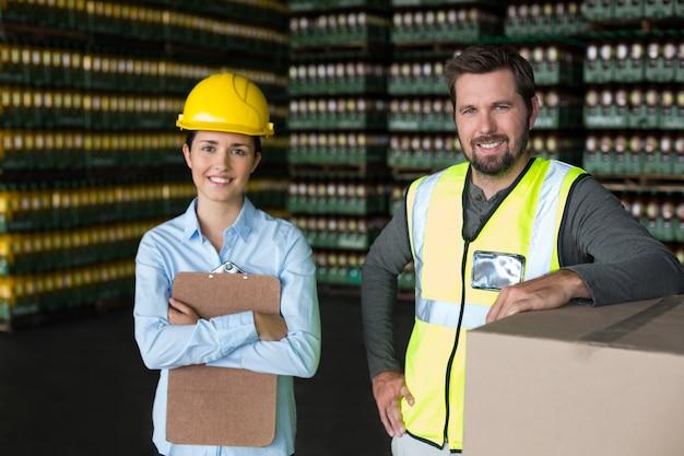 Ouvriers d'usine souriant debout en usine