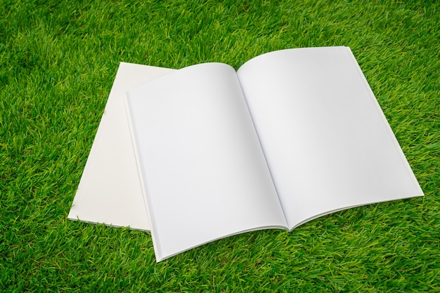 Ouvrir bloc-notes sur une pile de papiers sur la pelouse
