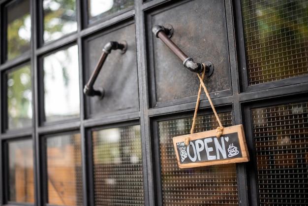 Ouvrir le café-restaurant à la porte