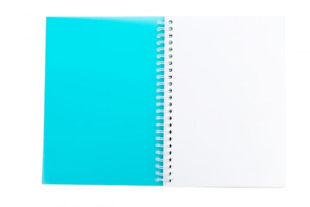 Ouvrir le cahier vierge isolé sur blanc
