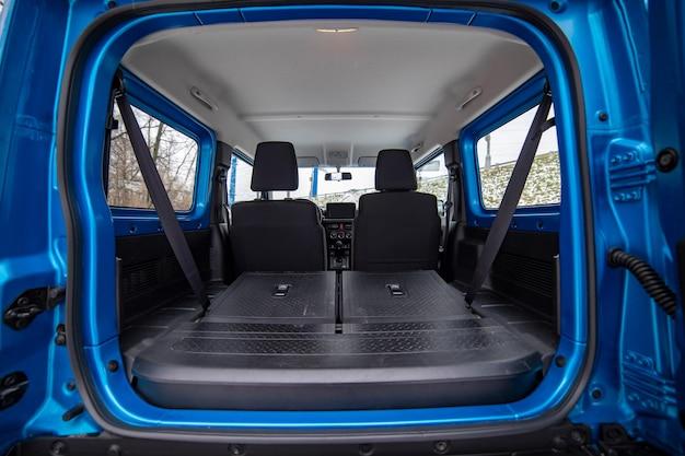 Ouvrir le coffre de voiture vide avec des sièges repliés en flor plat de hayon