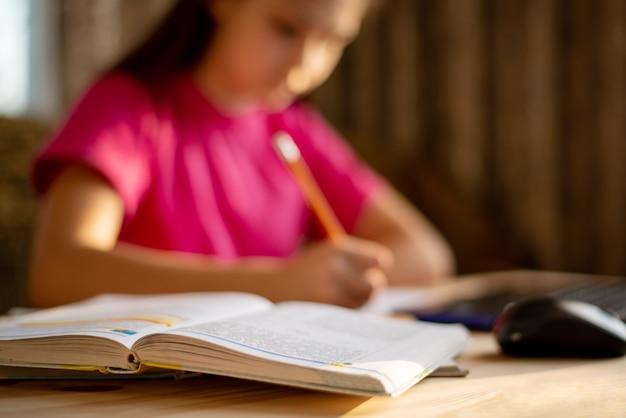Ouvrir le livre des élèves avec une écolière défocalisée
