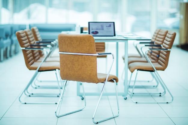 Ouvrir un ordinateur portable avec des graphiques financiers sur la table avec le gestionnaire