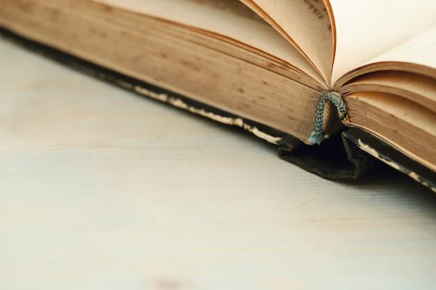 Ouvrir le vieux livre avec copyspace
