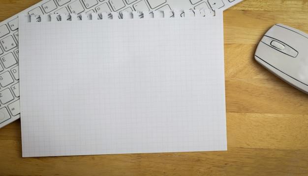 Overhead de papier graphique sur le clavier