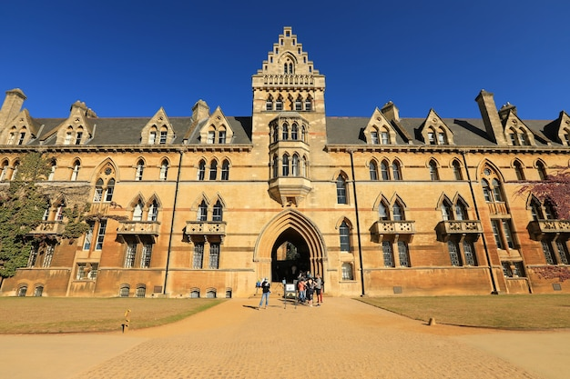 Oxford, royaume-uni - 21 septembre 2019 : touristes visitant l'université christ church d'oxford par une belle journée