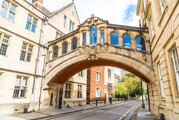 Oxford, royaume-uni - 29 août 2019: le pont des soupirs reliant deux bâtiments à hertford college