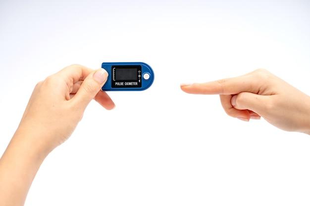 Oxymètre de pouls du bout des doigts sur le doigt. sur fond blanc. dispositif pour l'autodiagnostic.