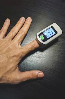 Oxymètre de pouls instrument de mesure de la saturation en oxygène du sang sur le doigt concept médical soins de santé