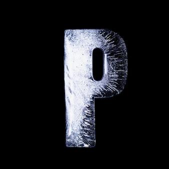 P l'eau gelée sous la forme de l'alphabet isolé sur fond noir