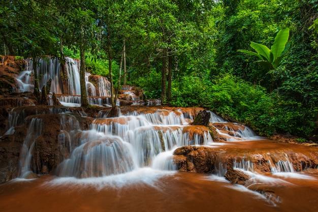 Pa-wai waterfall, belle cascade dans la province de tak, thaïlande.
