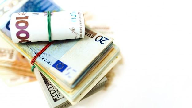 Pack d'argent de différents pays sur la table. dollars, euros, hryvnias, roubles russes, taux de change.