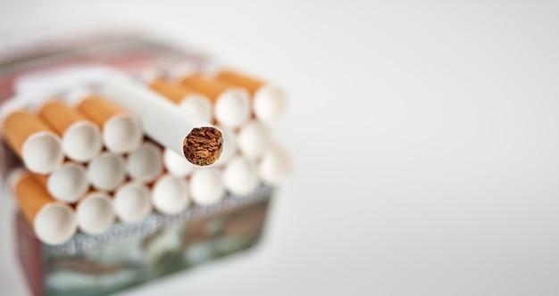 Pack plein de cigarettes filtrées sur une surface grise