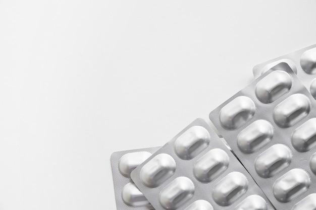 Packs de médicaments en argent réalistes sur fond blanc
