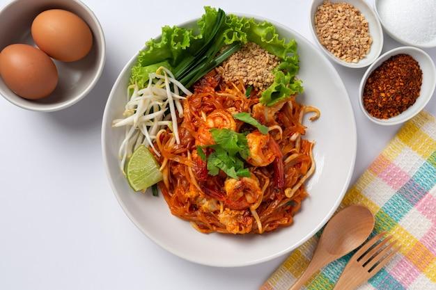 Pad thaï aux crevettes sur fond blanc