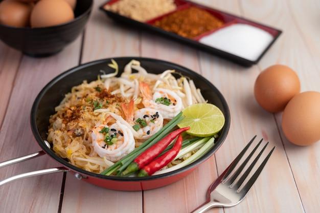 Pad thai crevettes fraîches dans une casserole.