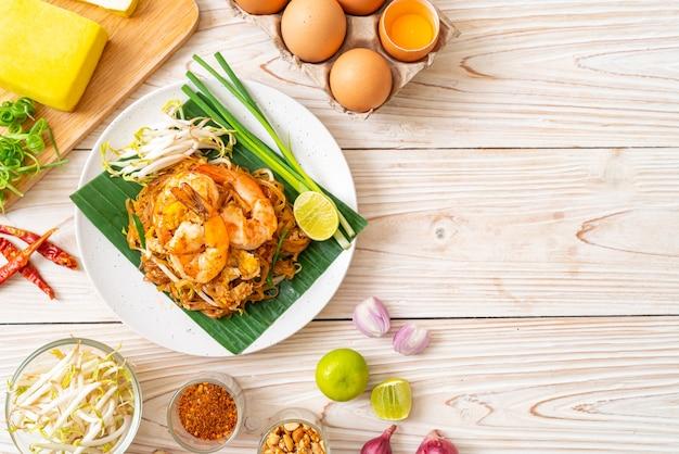 Pad thai - nouilles de riz sautées aux crevettes - cuisine thaïlandaise