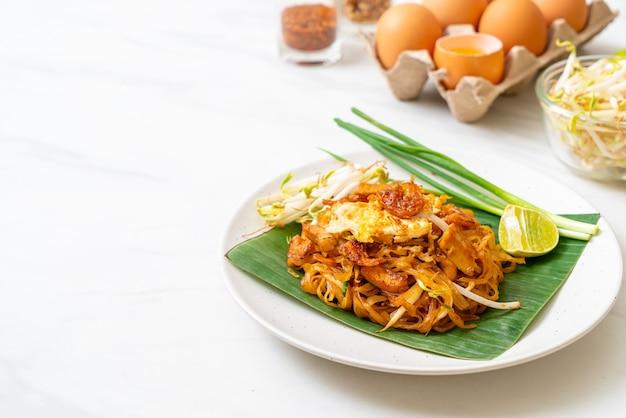 Pad thai - nouilles de riz sautées aux crevettes salées séchées et au tofu