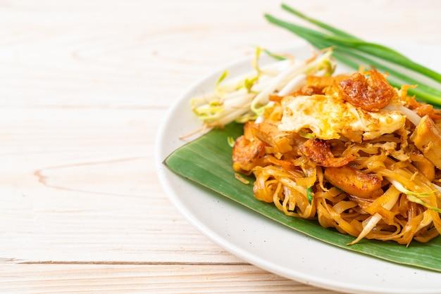 Pad thai - nouilles de riz sautées aux crevettes salées séchées et tofu