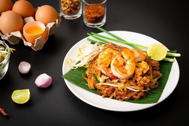 Pad thai - nouilles de riz sautées aux crevettes - style cuisine thaïlandaise