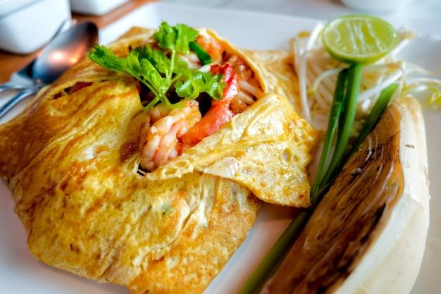 Pad thai (nouilles thaïes frites aux crevettes enveloppées dans des œufs)