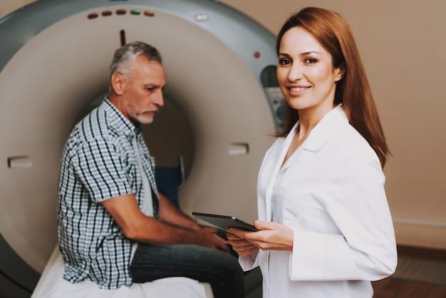 Padiology professional senior man subissant un scanner