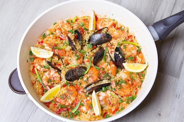 Paella aux crevettes et moules. plat espagnol traditionnel