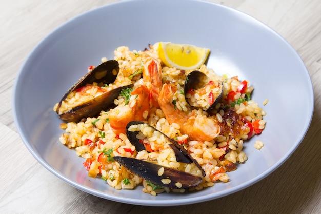 Paella aux crevettes et moules