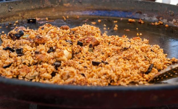 Paella aux fruits de mer dans la poêle à frire