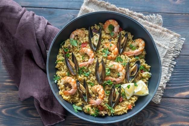 Paella aux fruits de mer dans la poêle