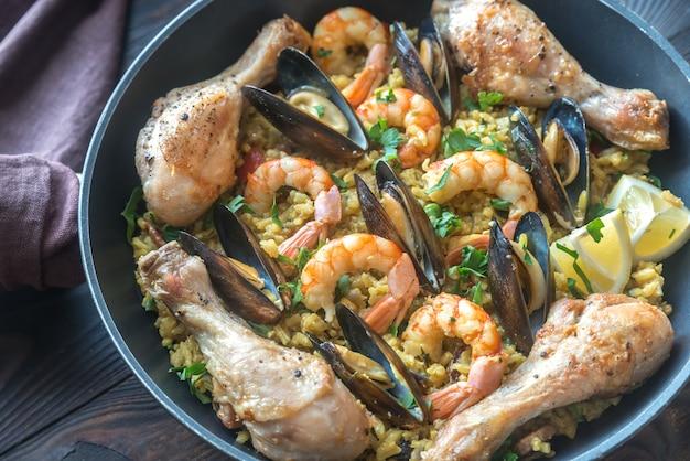 Paella aux fruits de mer avec poulet dans la poêle