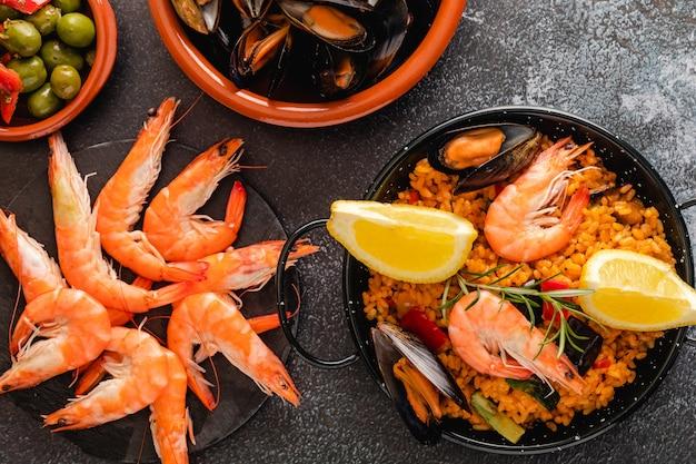 Paella cuisine espagnole traditionnelle servie sur assiette à tapa