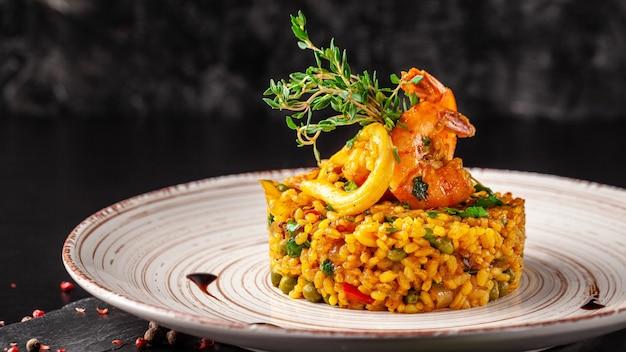 Paella espagnole aux fruits de mer.