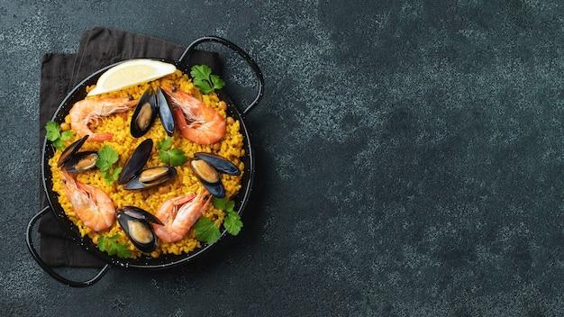 Paella espagnole traditionnelle de fruits de mer dans la casserole.