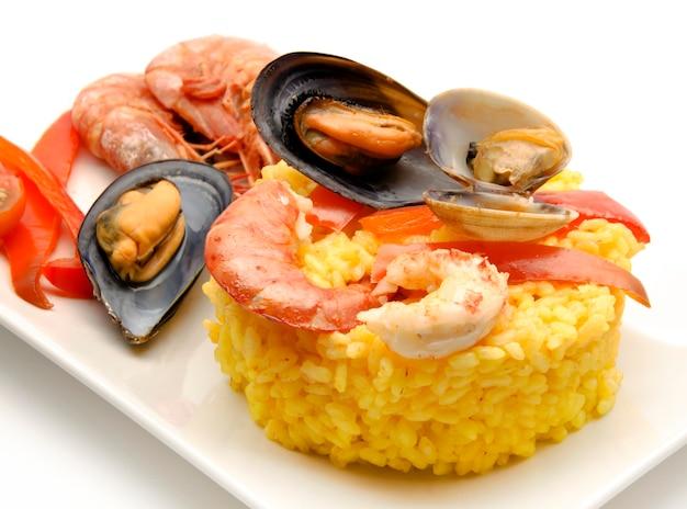 Paella de fruits de mer sur une assiette