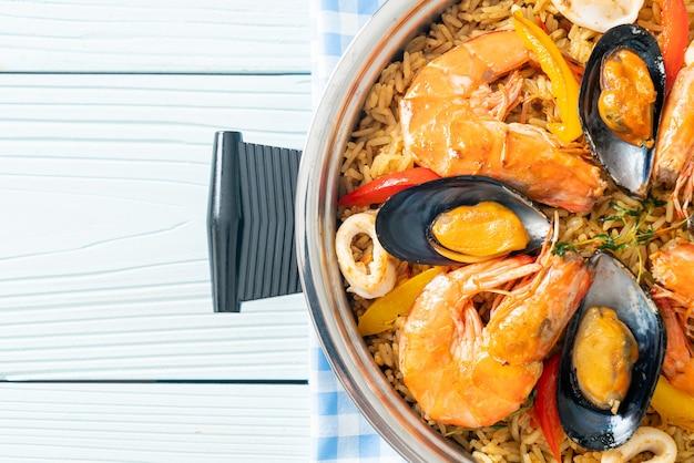 Paella de fruits de mer aux crevettes, palourdes, moules sur riz au safran - style de cuisine espagnole