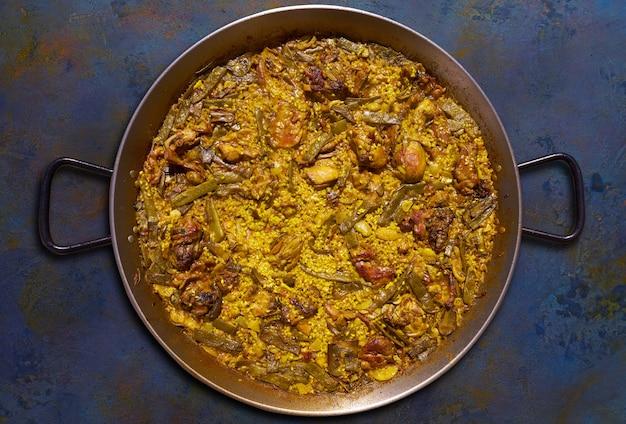 Paella de poulet et lapin de valence