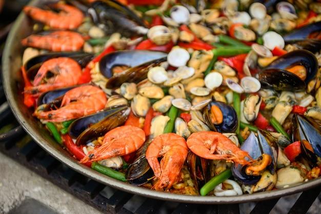 Paella en préparation sur poêle improvisé