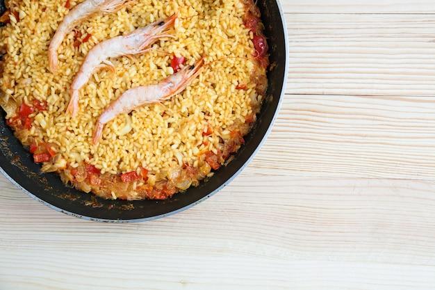 Paella de riz aux crevettes et fruits de mer