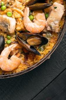 Paëlla traditionnelle aux fruits de mer dans la poêle